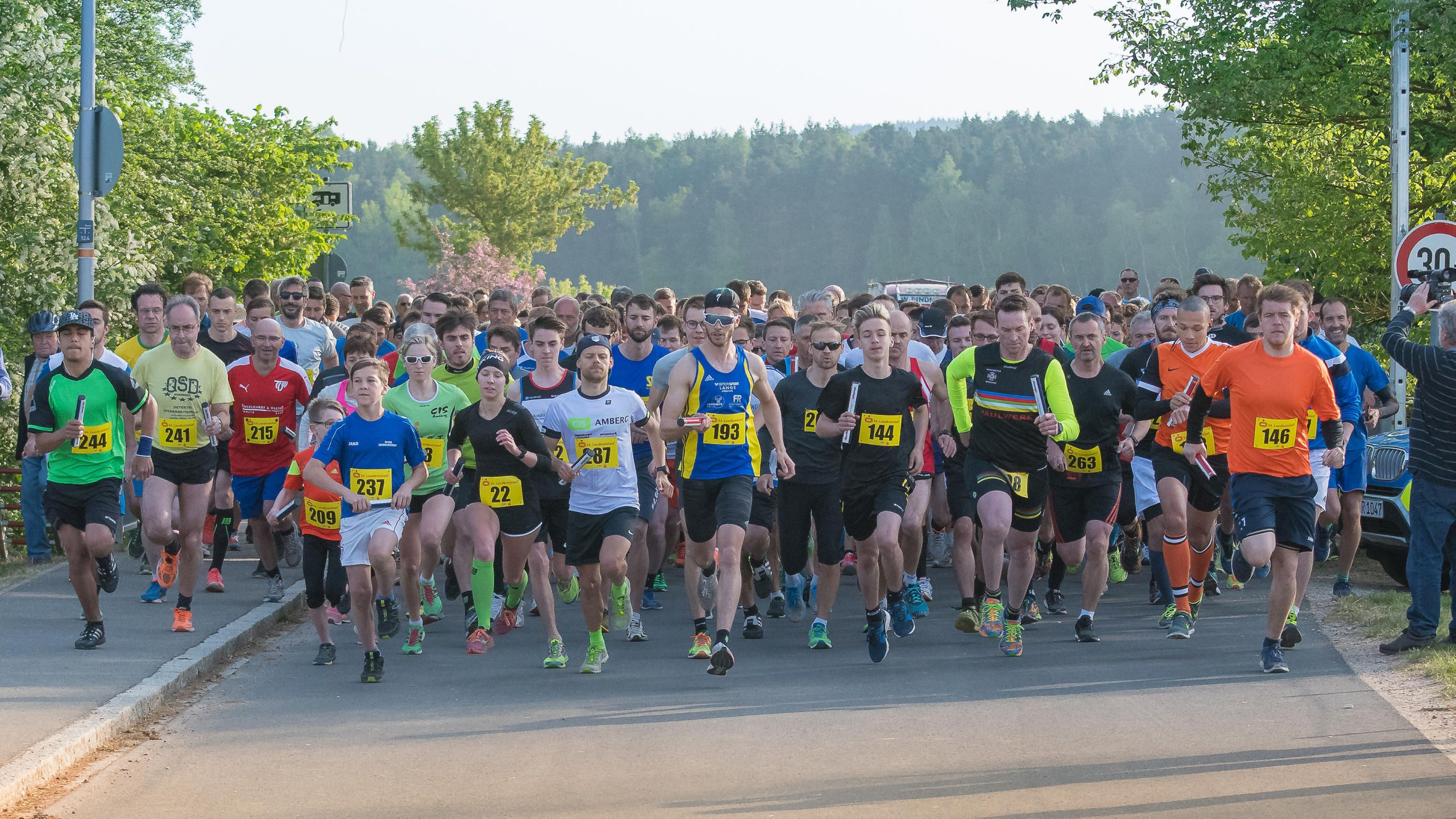 In diesem Jahr machten sich die Landkreislauf-Teams in Traßlberg (Bild) auf den Weg nach Paulsdorf, im kommenden Jahr geht in den südlichen Teil des Landkreises. Gestartet wird bei der 35. Auflage des Staffelwettbewerbes am 11. Mai 2019 in Haselmühl, Ziel ist in Rieden.